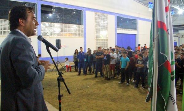 Presidente da Fesporte Osvaldo Juncklaus fala aos estudantes-atletas