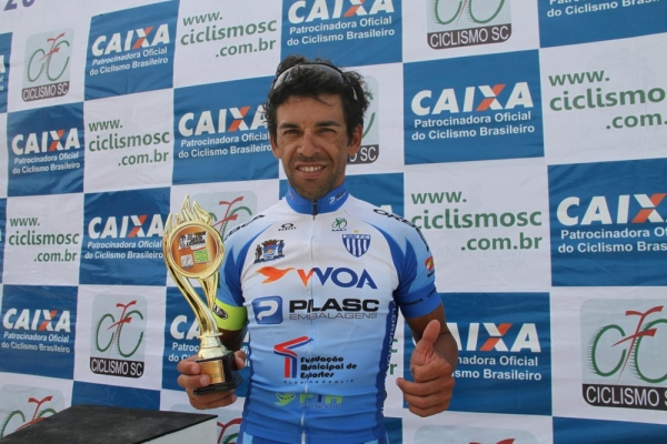 Gilberto de Veiga Gois com o troféu de de campeão