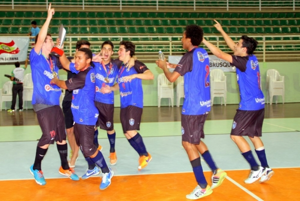 Ateltas da Escola Estadual Francisco Benjamim Gallotti, deTubarão, comemoram o título no futsal