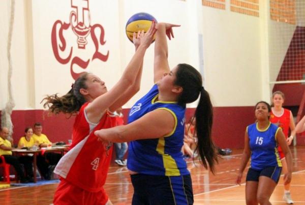Escola Estadual Santa Terezinha (de vermelho), de Brusque, venceu o basquete feminino